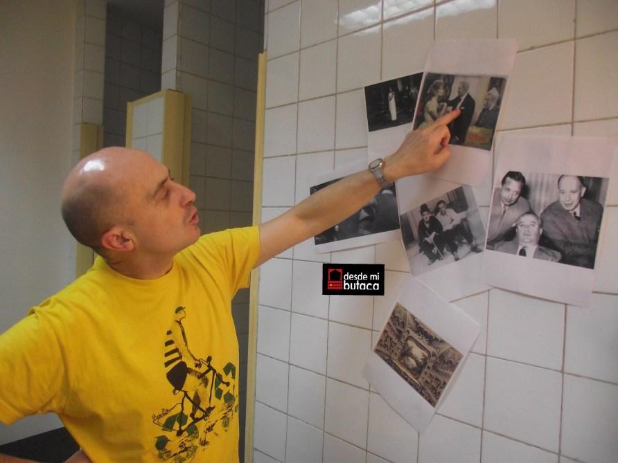 """El actor señala una instantánea de la adaptación cinematográfica de """"El baile"""" que protagonizó el recordado Alberto Closas."""