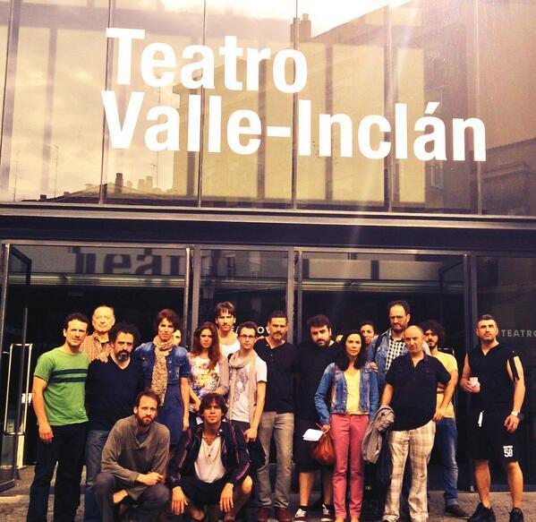 Los actores leyeron un manifiesto a las puertas del teatro.