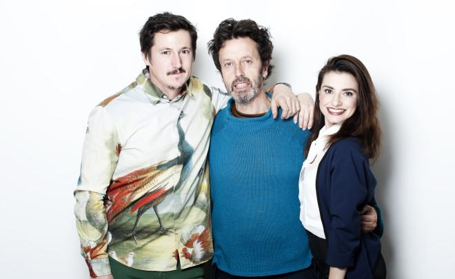 Nuestra Firma Invitada (centro) rodeado de los actores de la obra.